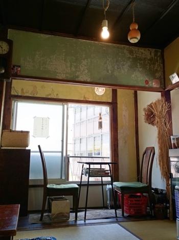 こちらの和カフェは、畳をそのままいかした空間に。ひょうたんランプや裸電球、古時計など懐かしくてあたたかみを感じる雑貨を使って、心地よい場所を作っています。