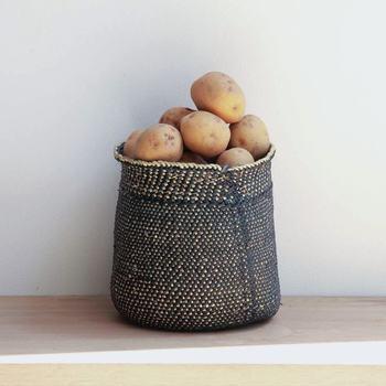 通気性のあるバスケットは、ストック野菜の保存もOK。ジャガイモもおしゃれに見えて、これなら人目につく所に置いても気になりませんね♪