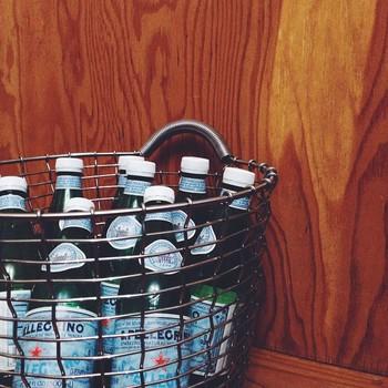 意外に困るペットボトルなどの飲み物のストックの置き場所にも◎。丸い形状のものには、丸いバスケットを選んでみてくださいね。