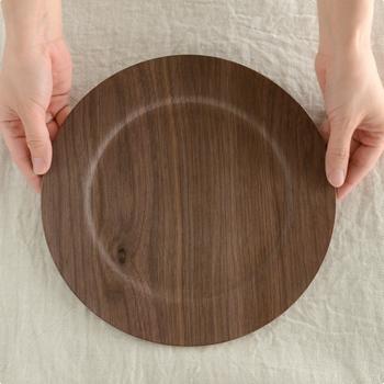 天然木の風合いを活かした「GOLD CRAFT」の木製のリム皿。木を削って作るのではなくプライウッド(成型合板)であるため、軽くて丈夫なのに木のナチュラルな雰囲気がしっかり楽しめるのが魅力です。