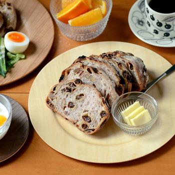 朝食のパンも何だかより素敵な雰囲気に。小さな器に入れたバターを一緒に乗せるアイディアはさりげないのにおしゃれ。