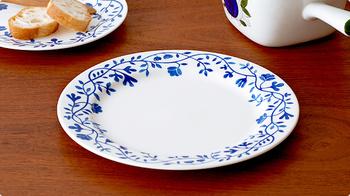 つたのような模様が繊細でかわいらしい、ロールストランドのPergola(ペルゴラ)。ロールストランドはスウェーデンの老舗陶磁器ブランドで、王室御用達として創業し、ノーベル賞授賞式後の晩餐会で用いられることでも有名です。