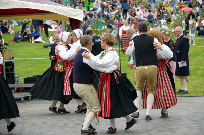 6月中旬にある夏至祭はスウェーデンでは盛大にお祝いをする習慣があります。特にダーラナ地方はスウェーデンの中でも大規模にお祝いします。