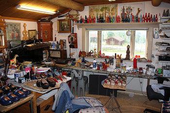 ダーラヘストの工房見学を出来る場所もいくつかありますよ。