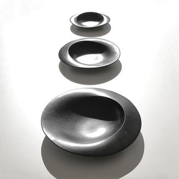 何だかオブジェのような不思議な形!最先端の3D技術を使って作られたリム皿は、こんなに斬新な形をしながらも実はスタッキング可能という実用性を兼ね備えています。