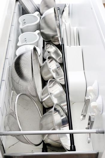 調理器具も、つっぱり棒をうまく利用すれば、省スペースでもたっぷり収納できます。 かさばりやすいボウル類は、このように斜めに直すのがおすすめ。