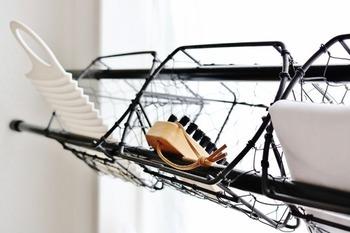 つっぱり棒と小さめのかごやケースの組み合わせで、こんな収納も可能です。 ぽっかりできた空きスペースを無駄なく使えるので何かと便利!