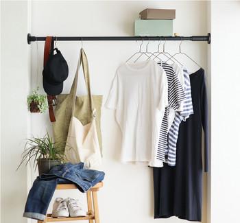 クローゼットが狭い場合は、このように壁の段差を利用するのもおすすめ。 つっぱり棒ひとつで、服やバッグの収納がしっかりできてしまいます。