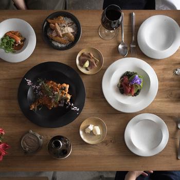 そんな素敵なリム皿をコーディネート例と共にご紹介します。ぜひリム皿の持つ魅力に触れてみてください。