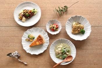 「リム皿」と一口に言ってもその種類は様々。リムの幅が狭いものは「ショートリム」、広いものは「ワイドリム」と言います。装飾が全くないリムもあれば、柄が付けられたリムもあります。
