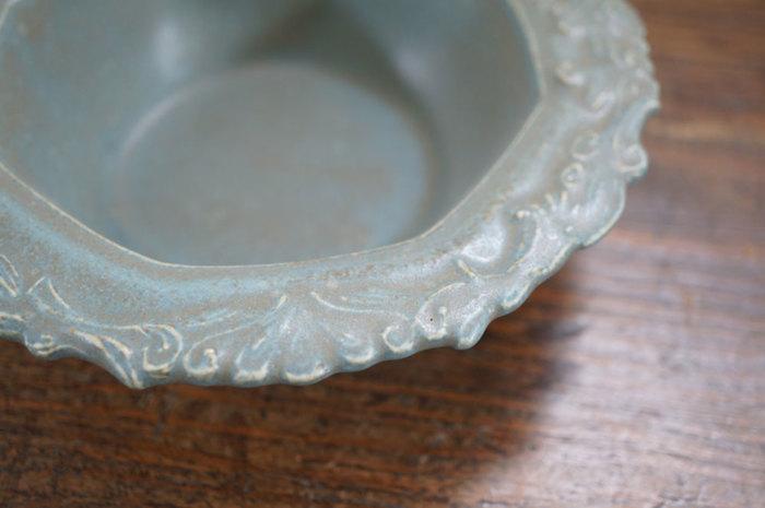 リム皿をたくさん作っている「on the table」からもう一つ。シンプルな器を作る一方で、こんなアンティーク風のデザインが施されたリムの器もあります。
