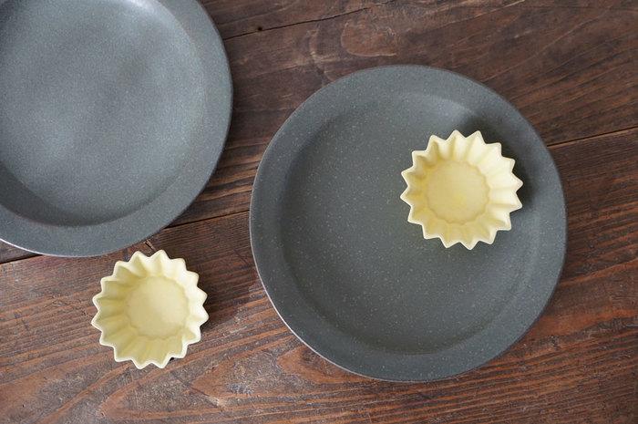 夜空に輝く星をイメージして作られた、チャコールグレーのリム皿とイエローの小鉢のセット。食卓に遊び心を運んでくれます。なお、商品はそれぞれ単独でも購入可能です。
