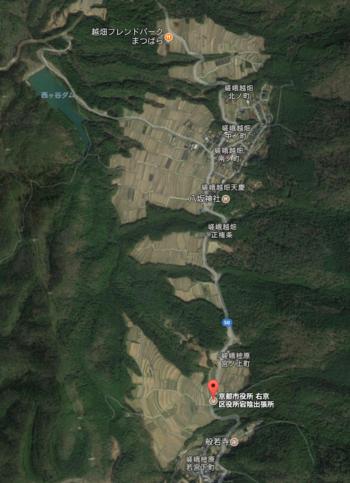 【画像は、宕陰の棚田が映る航空写真。縦貫する道路は、府道50号線。宕陰の南部に樒原の棚田が、北部には越畑の棚田が広がっています。京都市街から最初に出会うのは、宕陰南部の「樒原」地区。(「越畑フレンドパークまつばら」が北端)。】