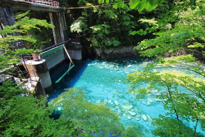 ダムの小さな調水池はユーシンブルーと呼ばれる美しい青の水が溜まっています。底の石がよく見えるほど透き通った青い水の清らかな光景にうっとり。
