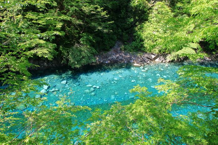 吸い込まれるような美しい青の輝きは、ここまで歩いて来た疲れを吹き飛ばしてくれそう。