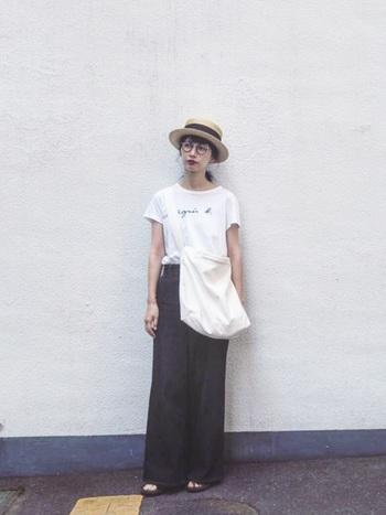 agnes b.(アニエスベー)のロゴ入りTシャツ、シンプルにワイドデニムを合わせて。ナチュラルなハットと細いべっ甲フレームのメガネでちょっぴりノスタルジックなスタイリングに。旅行中のかさばる荷物も、大きめのショルダーバッグで安心!