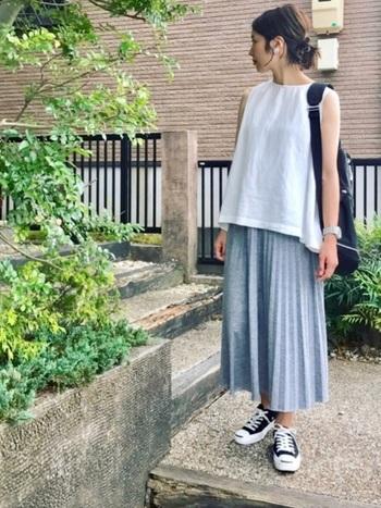 シンプルな白ノースリーブはいろんなシーンで使えます。夏はもちろん一枚で、秋には上から羽織りものを、と一枚は持っておきたいアイテム。こちらは、ストンと落ちるシルエットのプリーツスカートでお出掛け仕様に。