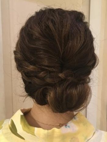 サイドの髪で三つ編みを作ります。後ろの髪はくるりんぱして毛先を巻いて固定。サイドの三つ編みを後ろに持っていきピンで固定します。三つ編みカチューシャを後ろに巻いたアレンジです。