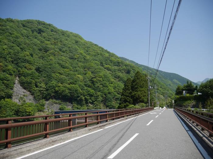 トイレを済ませたら出発です。こちらは玄倉商店から渓谷に向かうすぐ先にある玄倉大橋。