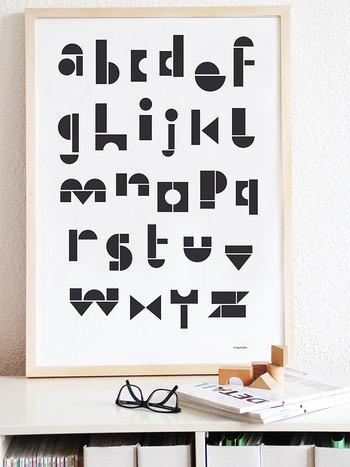 2010年にできたドイツ発のまだ新しいブランド、【SNUG.STUDIO/スナッグステューディオ】のレターデザインポスター。メンズライクになりすぎるレターデザインですが、こちらはまるで積木で作ったアルファベットのような、どこか温もりのあるデザインです。