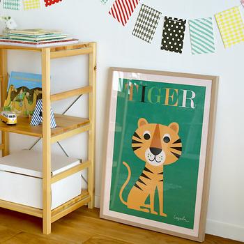キュートな動物はもちろん、カラフルな色使いもインゲラ・アリアニウスのイラストの特徴です。子供部屋やキッズスペースを彩るアイテムとして使うのも可愛いですね。
