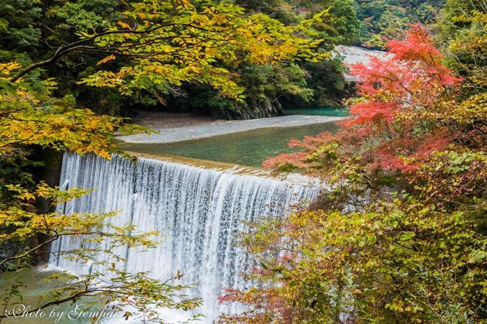 その先に流れ落ちる水と周囲の木々とのコントラストが見事な人工の滝が。