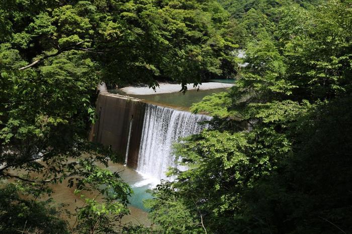新緑の時期もまた素敵。そして良く見ると滝壺にはブルーの美しい水があふれています。