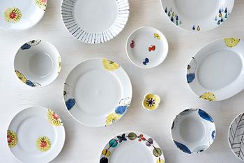 """カラフルな色合いと斬新な絵柄が特徴の九谷焼。この九谷焼をもう少し手軽に使いたいと考えられてできたのがこの""""九谷青窯""""です。 古き良き九谷焼の魅力を継承しつつ、毎日の食卓で使いやすいよう、盛り付けしやすいように考えられています。"""