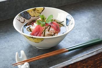 お茶漬けはお茶碗より心もち大きめのこの4.5寸鉢がちょうどよい。余裕をもってお茶(お出汁)を注ぐことができますね。周囲に描かれた「色絵 呼び花(3つの花)」。落ちつきのある3色の色合いが上品な雰囲気です。