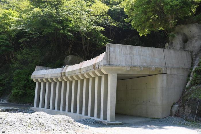 この辺りは崩落が多いので、ネットが張られた個所も多く、さらに落石が多い箇所には落石除けの洞門も。