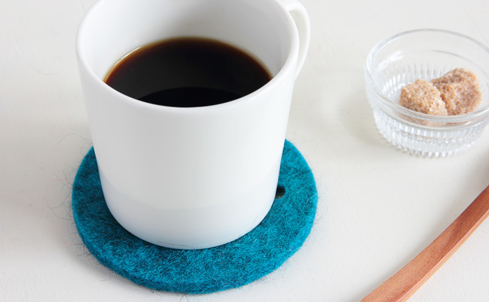 ふかふかのウールで作られたフェルト製のコースター。温かいマグカップを包むように支えてくれます。テーブルに置く時の、音や傷が気になるときにも、これなら安心ですよね。