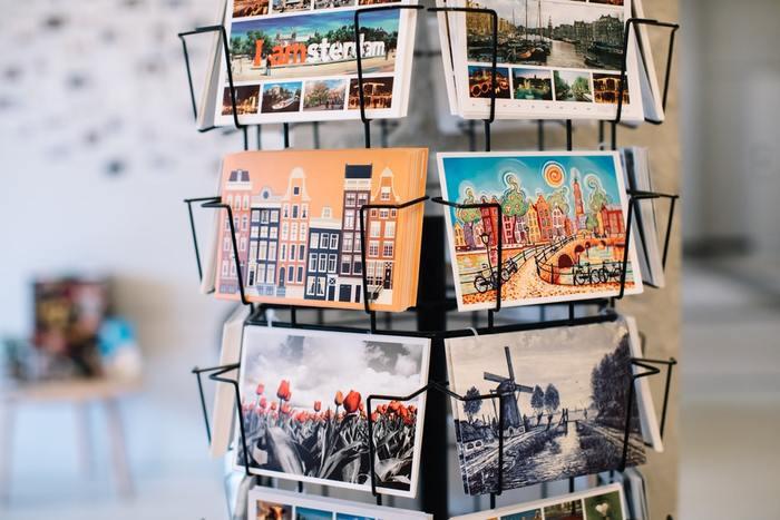 おしゃれな雑貨屋さんや観光地のお土産屋さんで手に入れられる「ポストカード」や「グリーティングカード」。プリントされているデザインは本当にさまざまですよね。シンプルでメッセージ性を重視したものから、まるでポスターのようなアートフルなものまで。