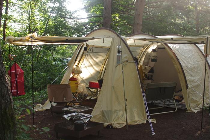 小雨などもぱらつき天気が変わりやすいのでトンネル型テントは過ごしやすかった。これはドッペルギャンガーのかまぼこテント。寝るときだけ使用するテントならサイトに関わらずタープはあった方が良い
