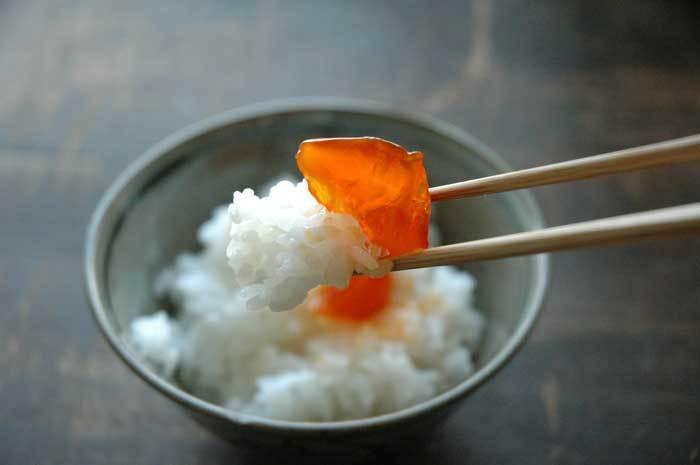 漬け込み時間は4日~1週間と少し長めですがとっても美味しいので是非試して欲しい卵黄の味噌漬け。味噌はいろんな味噌を混ぜてお好みの味を作ってもOKです。鮮やかなオレンジと濃厚な味わいがヤミツキになりますよ。