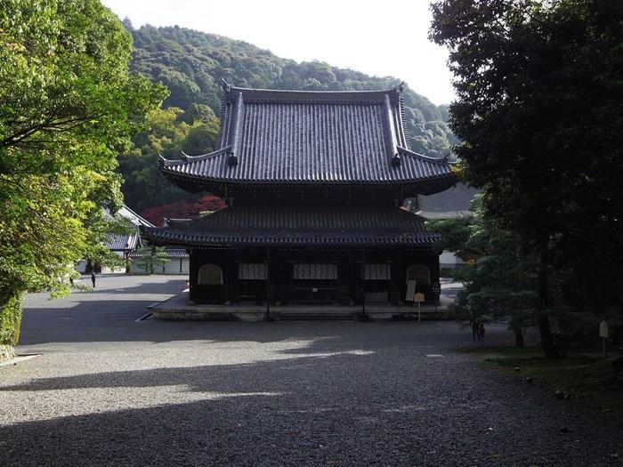 歴代天皇の位牌を収め、皇室の菩提寺として知られる「泉涌寺(せんにゅうじ)」。江戸時代の後水尾天皇から孝明天皇までの天皇陵はこの山内に営まれているそう。