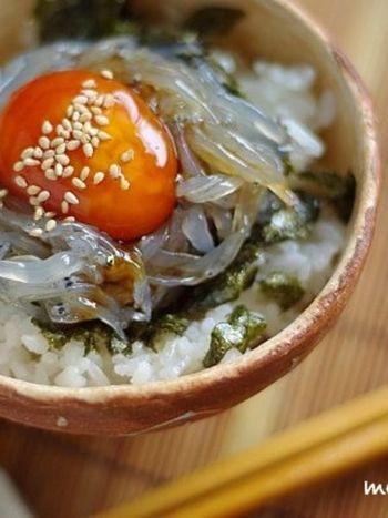 生のシラスを使った簡単で美味しいどんぶりレシピ。醤油に漬け込んだ濃厚な卵黄がシラス・ご飯と相性抜群!韓国のりを使うことで、香りや味わいがより一層深くなります。