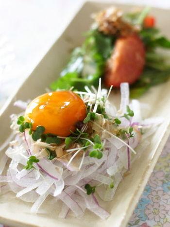 しっかりと醤油で漬け込んだ濃厚な黄身は、サラダの和え物にもピッタリ。玉ねぎとブロッコリースプラウトを、シンプルに漬け卵黄とかつお節だけで味わうサラダは、あっさりとした中にもコクのある味わいに。