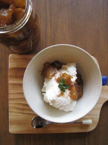 酵素シロップのりんごを使って、ちょっとミルキーな味わいのジャムに。トーストはもちろん、パンケーキやワッフルなどに添えてもおいしそう。