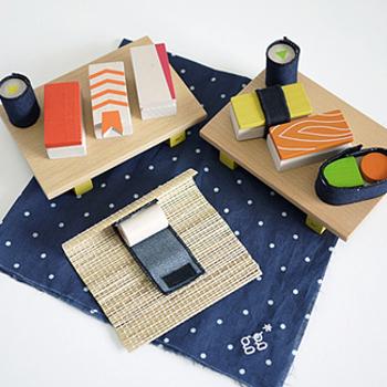 マジックテープでくるっとシャリになっている木をまいたり、寿司職人な気分を楽しめるおもちゃ。 寿司を巻く道具に、寿司を置く台に、ちょっぴり本格的なセットとなっております。