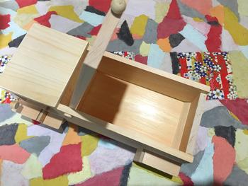 荷台部分はものを入れられるようになっているので、おもちゃ入れにしたら、お片づけをするのが楽しくなりそう♪