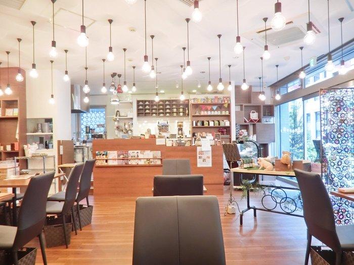 虎ノ門から徒歩約5分。広々としたナチュラルな雰囲気が素敵なオフィス街にある「森のこぶた」では、ランチ後から閉店まではニットカフェとして利用することができます。