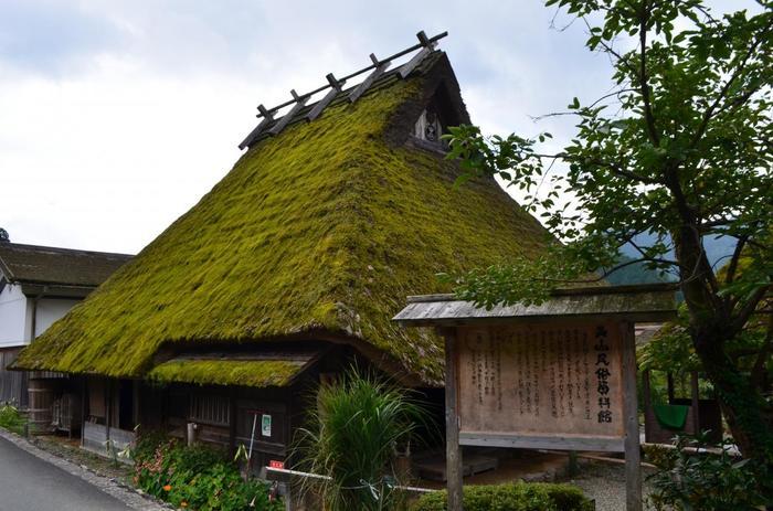 北山型かやぶき民家の母屋、納屋、蔵からなる「美山民俗資料館」。囲炉裏を囲む居間や台所、風呂や屋根裏等など、里の暮らしぶり、古民家の設えをじっくりと体感、見学できる資料館です。