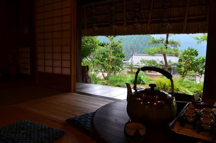 庭に面した座敷では、ゆったりとお茶も頂けますので、散策がてら立ち寄ってみましょう。