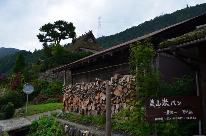「吉之丞」は、美山では外せない人気のパン屋です。自家栽培の米で作るパンは、お餅のようにモッチリとした食感。噛めば噛むほど、米の旨味、甘味が感じられる、優しい味わいの米パンです。