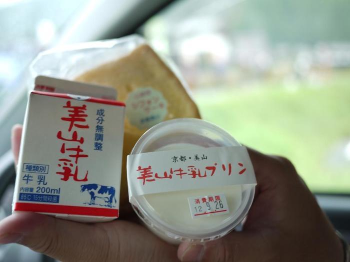 【画像は、道の駅・美山ふれあい広場の人気商品「美山牛乳」&「美山牛乳プリン」と、cafe美卵の平飼い卵をたっぷり使った「シフォンケーキ」。】