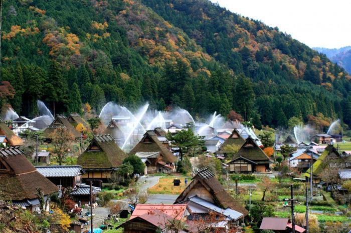 【晩秋の頃の「美山かやぶきの里」。消防点検のために年に二度行われる一斉放水は、「美山かやぶきの里」を代表するイベントの一つ。当日は多くの観光客がこの里を訪れます。】