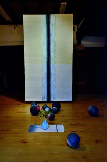 作家・新道弘之氏による藍染による作品と、氏による藍染めのコレクションを展示しています。【画像は、美術館内のギャラリーに展示された新道氏の作品。】