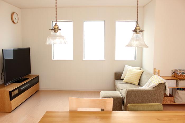 ナチュラルなリビングのポイントはなるべく家具やアイテムを少なくする事です。さらにテーブルなどのインテリアは明るいウッド調の素材をメインに選んで、ソファの色でアクセントをつけるのがおすすめです。