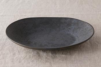 鹿児島を拠点に活躍する城戸雄介(きどゆうすけ)氏の磁器ブランドONE KILN(ワンキルン)。ひとつの窯という意味。そのブランドの中でもこの「Ash(アッシュ)」シリーズは、釉薬に桜島の火山灰を使った独特なメタリック感が特徴。自然の力が生み出す美しさ、力強さが魅力的です。