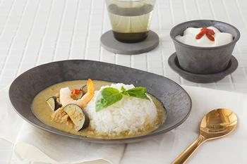 """深皿といえばカレーですよね。この""""Ash""""の独特の色合いは入れるお料理を選ぶようで選ばない。美しい色のコントラストを作り出し、カレーもとても美味しそう◎"""